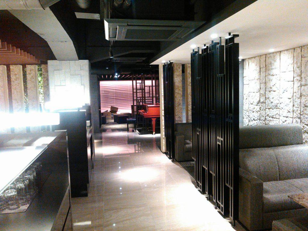 中央区飲食店② 石柱  石壁